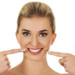 遠慮がちな笑顔にさようなら!気になる前歯の着色汚れの除去方法